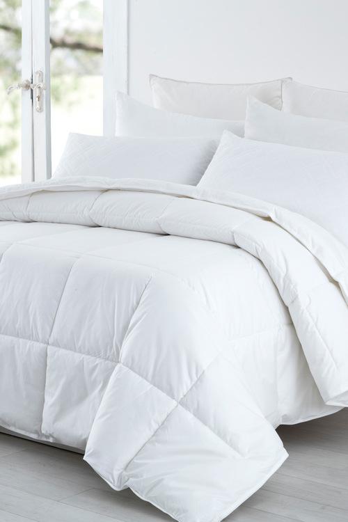 Dreamaker Lightweight Bamboo & Polyester Blend Quilt