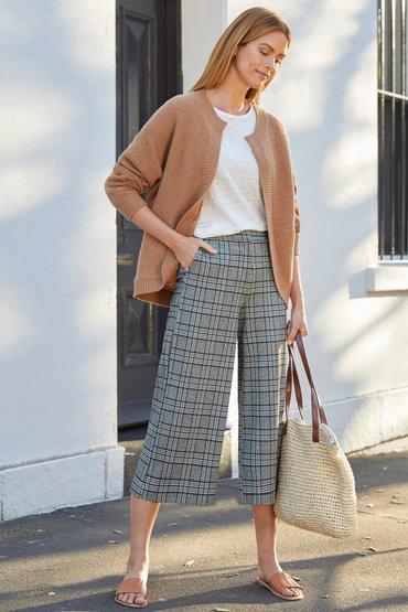 Lovely in Wool - 2412044